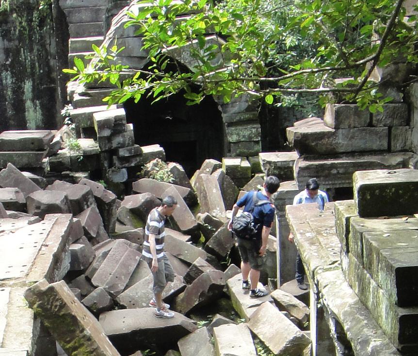 カンボジア「ベンメリア遺跡」3時間コース 遺跡の上を