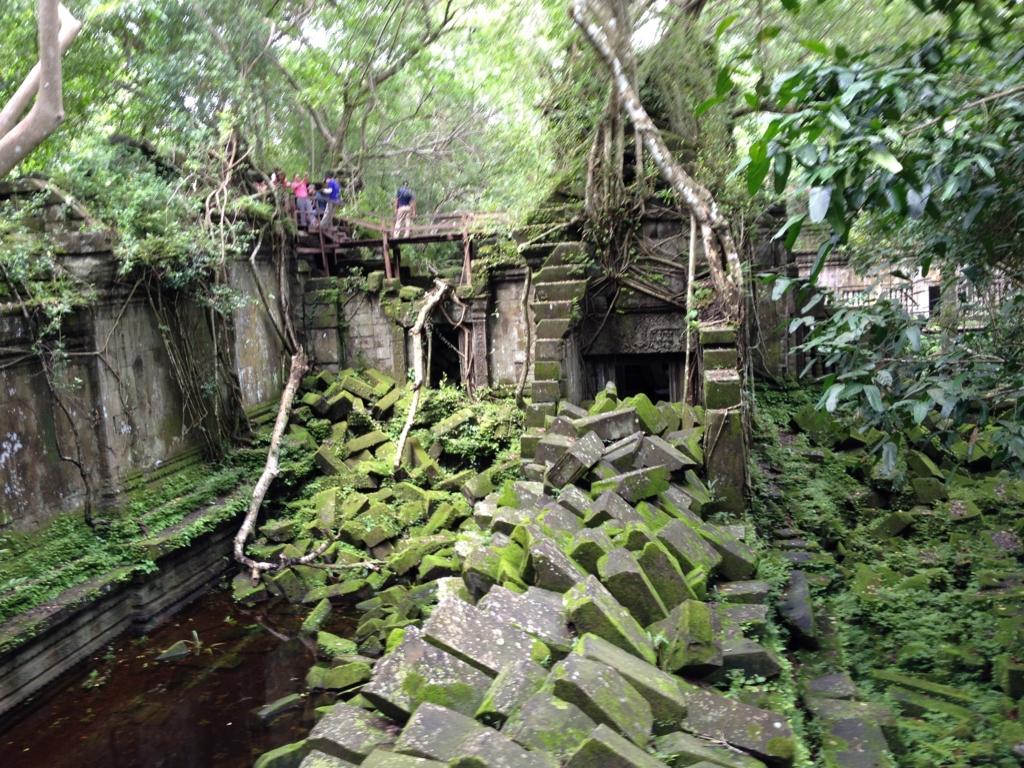 カンボジア「ベンメリア遺跡」たくさんの緑と苔