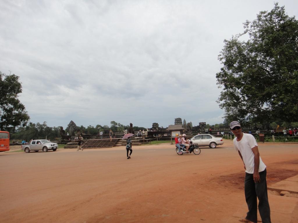 カンボジア シェムリアップ 「アンコールワット遺跡」遺跡前の道路