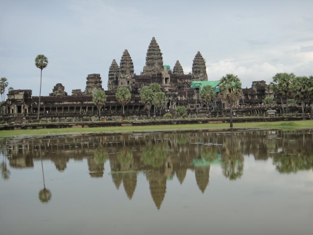 カンボジア シェムリアップ 「アンコールワット遺跡」池に映るアンコールワット