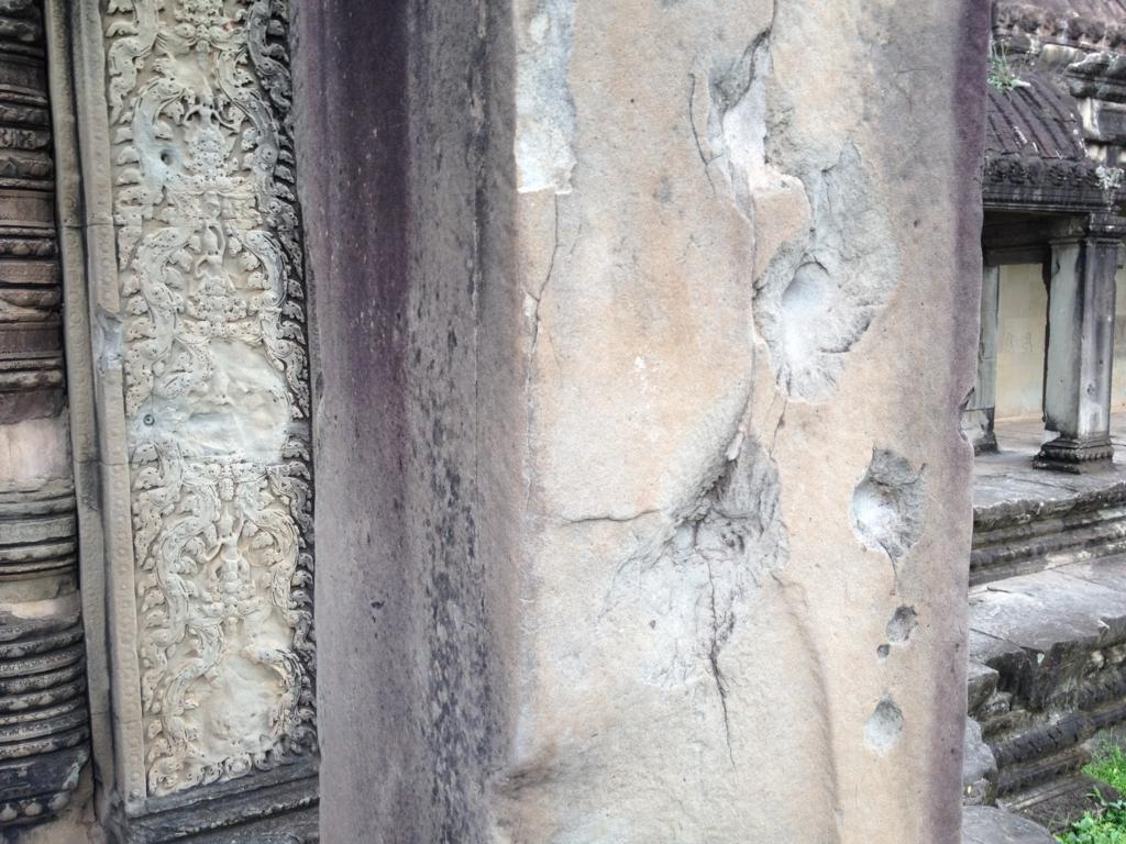 カンボジア シェムリアップ 「アンコールワット遺跡」西正門 柱 銃弾お跡