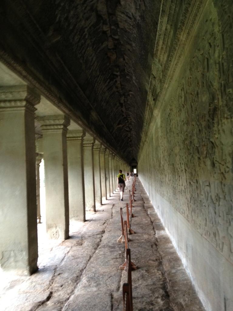 カンボジア シェムリアップ 「アンコールワット遺跡」第一回廊 長いレリーフ