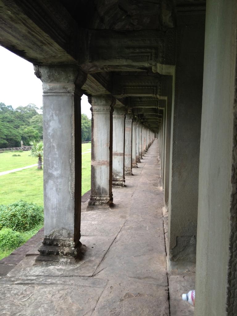 カンボジア シェムリアップ 「アンコールワット遺跡」第一回廊 外側 たくさんの柱