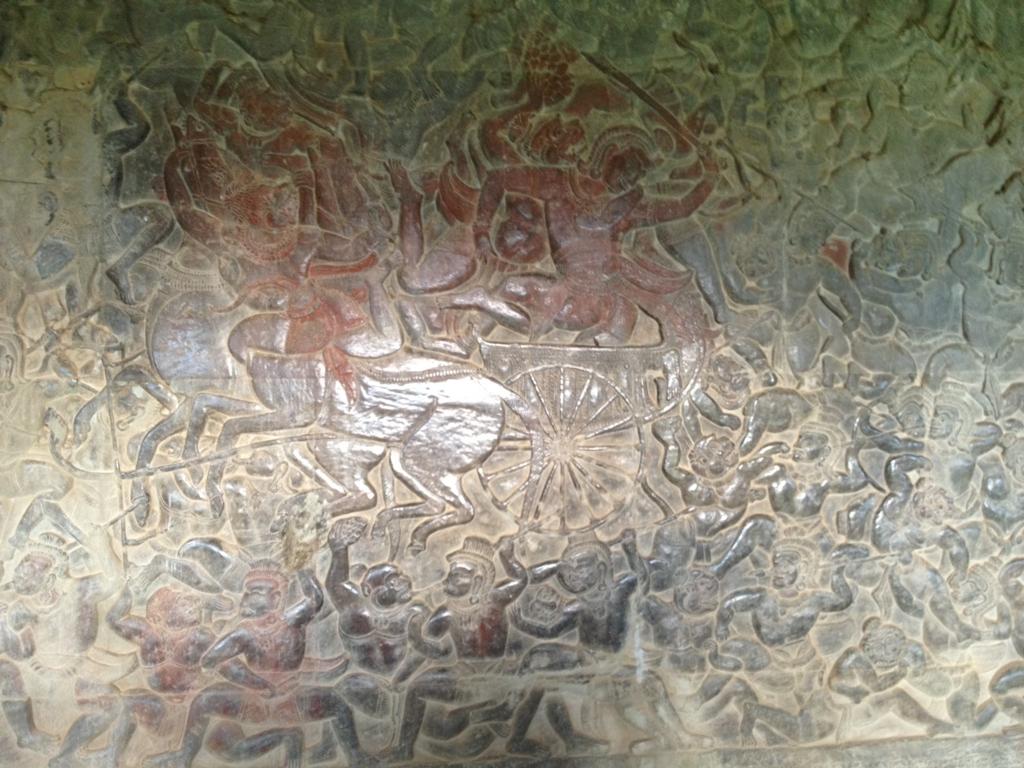 カンボジア シェムリアップ 「アンコールワット遺跡」第一回廊 黒びかったレリーフ