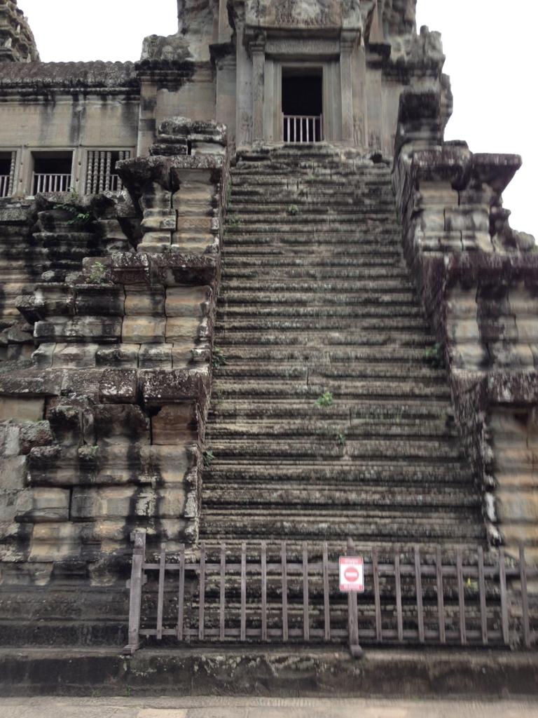 カンボジア シェムリアップ 「アンコールワット遺跡」中央祠堂 階段