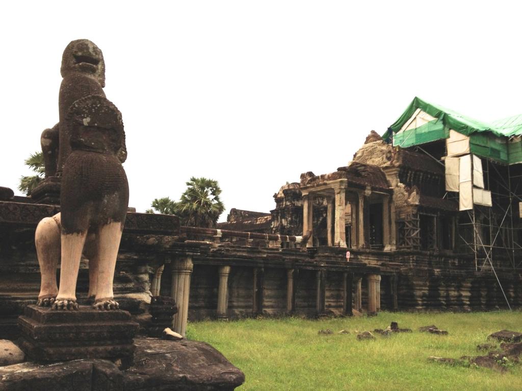 カンボジア シェムリアップ 「アンコールワット遺跡」回廊の間
