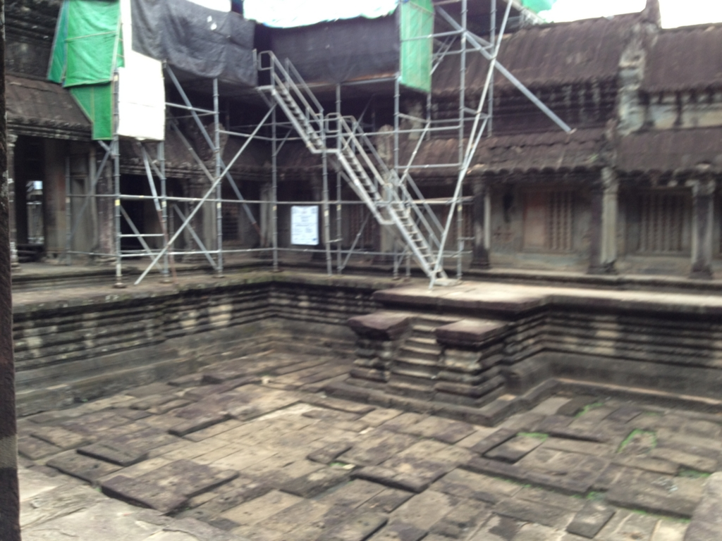 カンボジア シェムリアップ 「アンコールワット遺跡」十時回廊 沐浴場跡