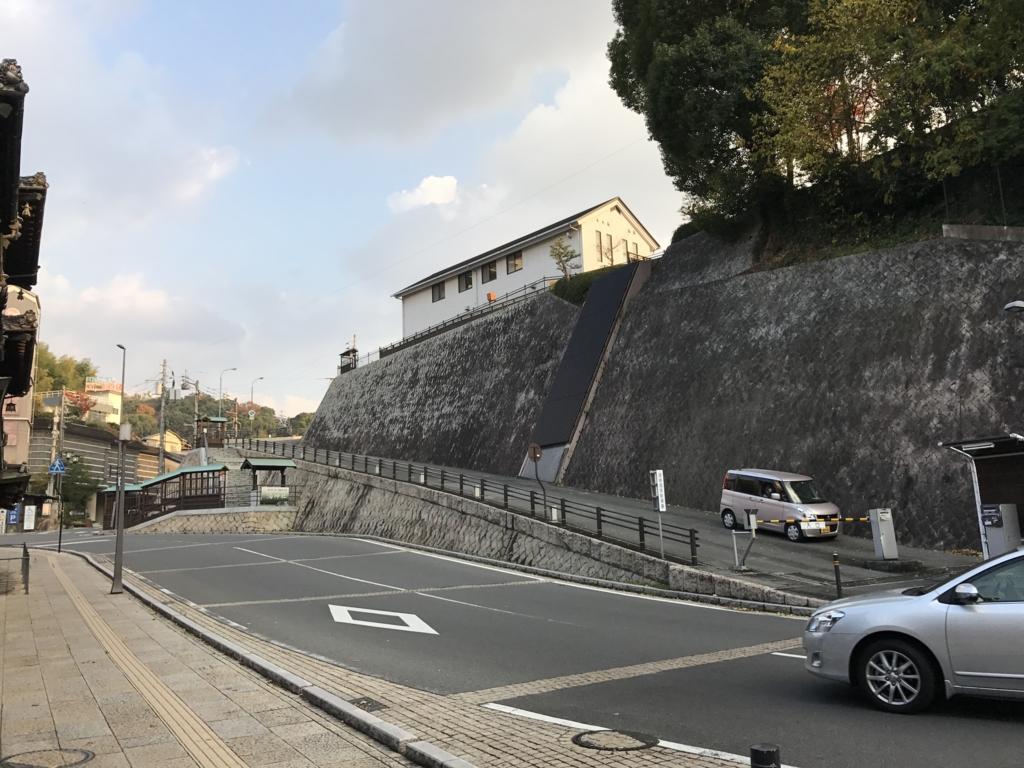 愛媛県 「道後温泉本館」 東側 駐車場スロープ