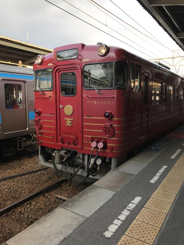 JR松山駅 1番線ホーム 観光列車「伊予灘ものがたり」入線
