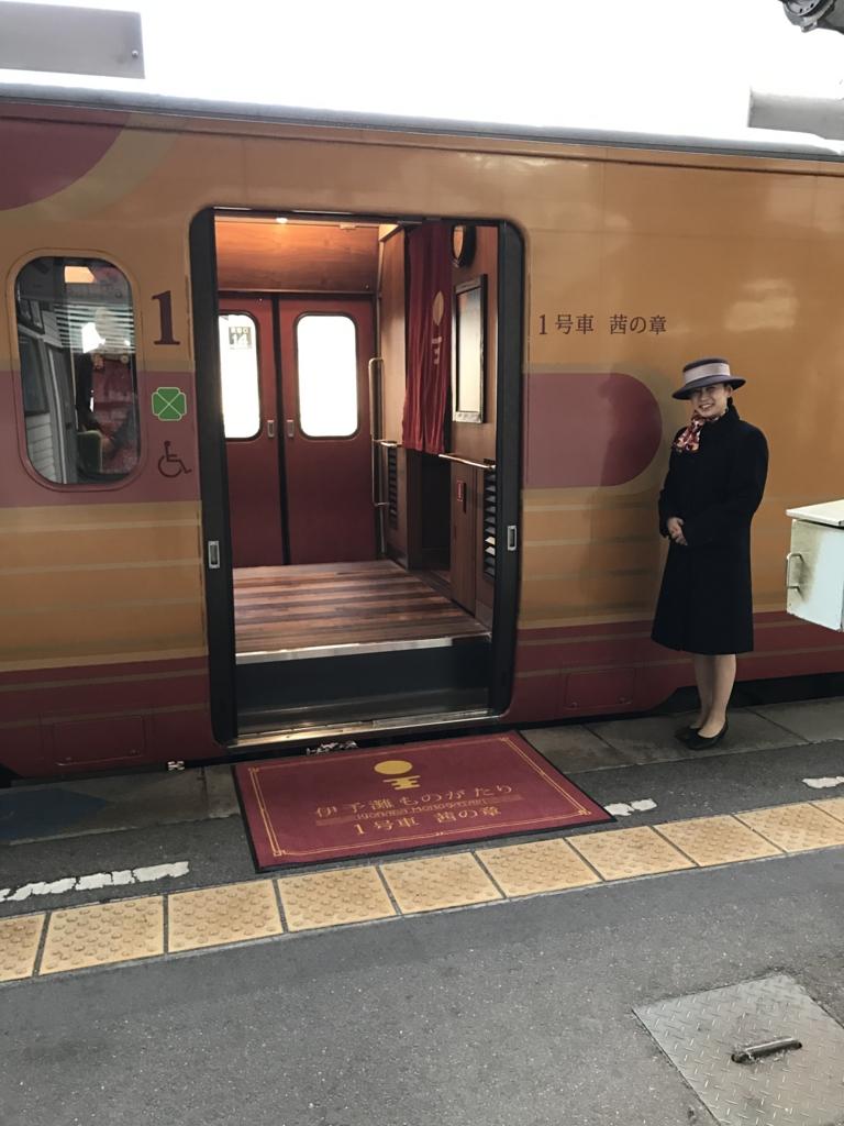 JR松山駅 1番線ホーム 観光列車「伊予灘ものがたり」1号車 茜の章 入り口