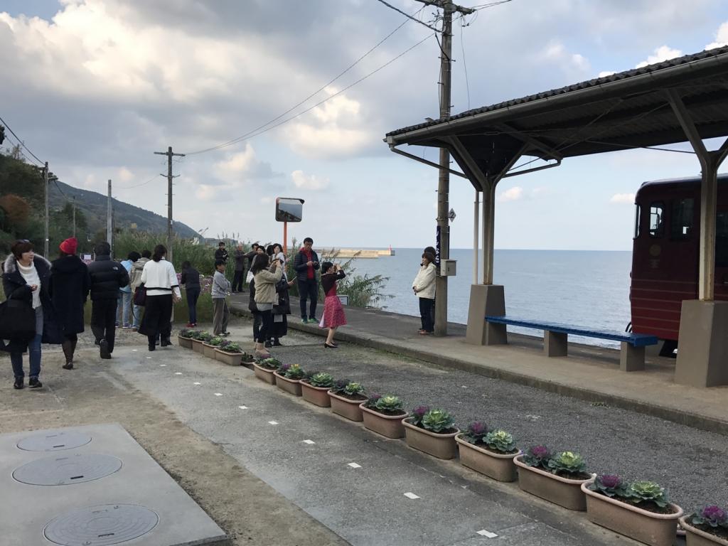 予讃線 観光列車「伊予灘ものがたり」「大洲編」下灘駅 観光客