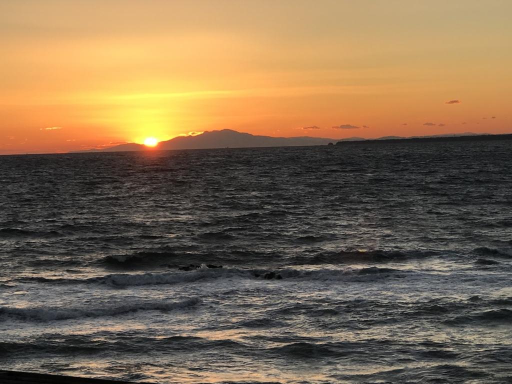 千葉県富津市金谷「天然温泉 海辺の湯」部屋からの東京湾の夕日
