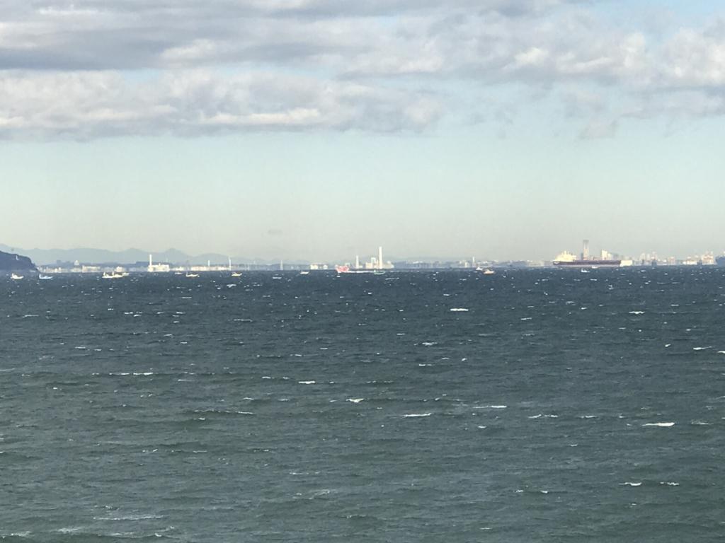 千葉県富津市金谷「天然温泉 海辺の湯」部屋から朝の東京湾の大型船