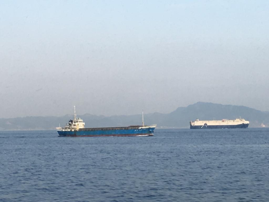大島-東京 高速ジェット船より 撮影 大きな貨物船