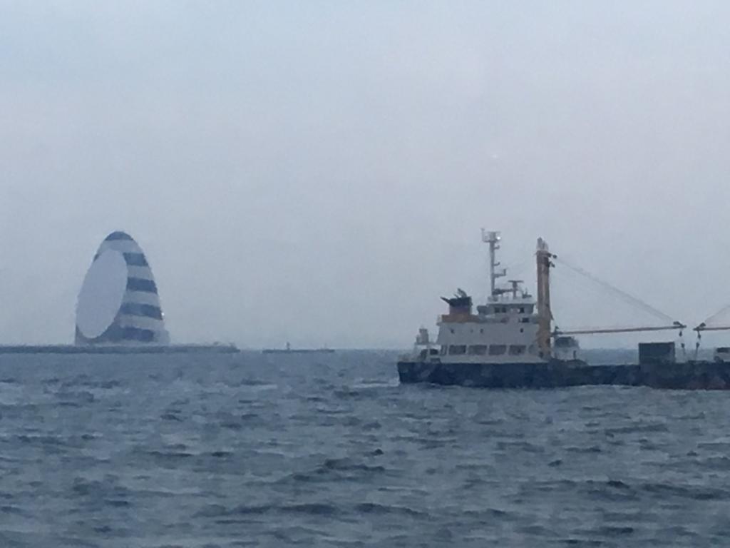 大島-東京 高速ジェット船より 撮影 アクアライン換気口