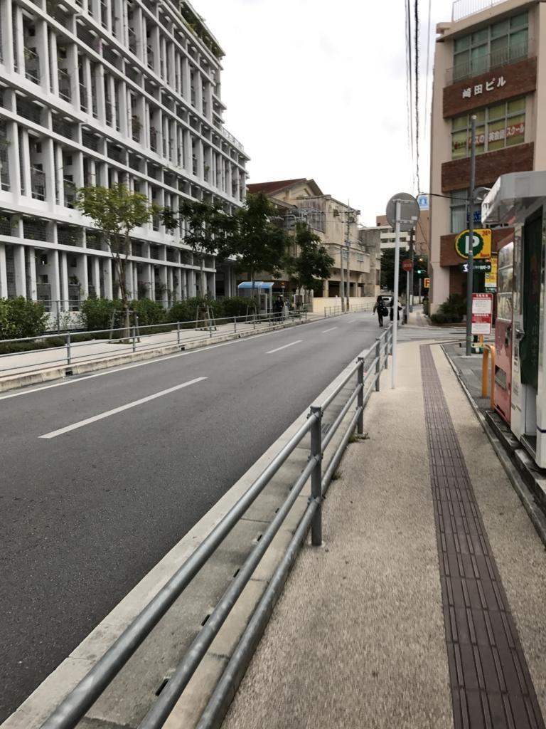 「上泉」バス停には、市役所横をぬけて
