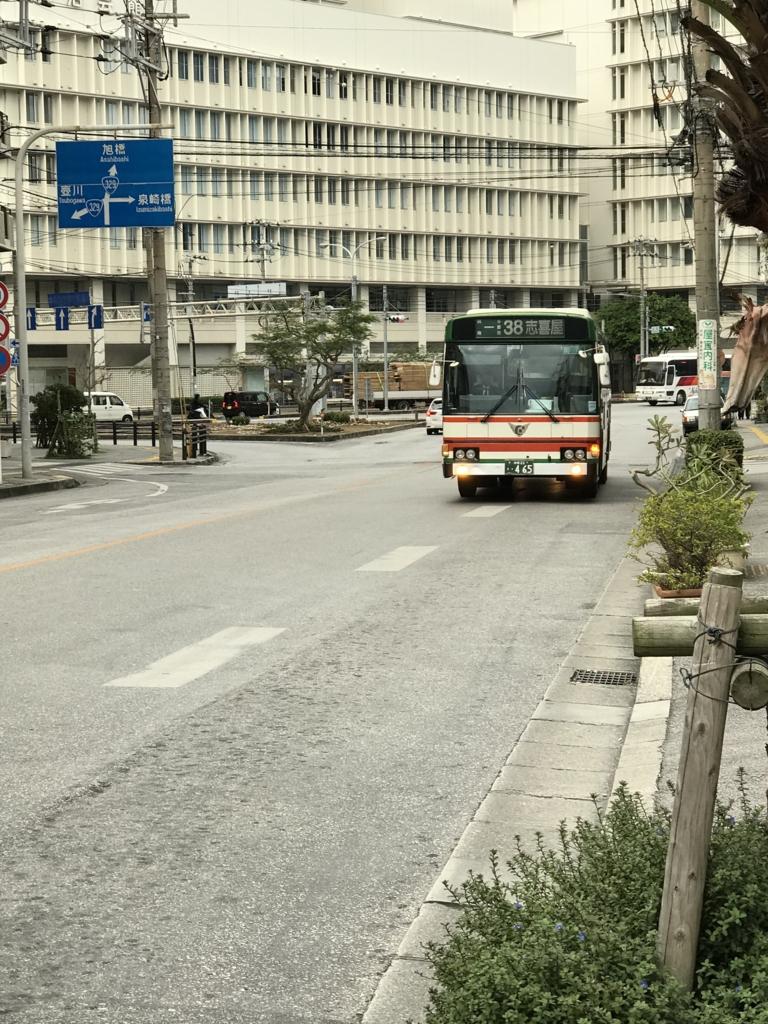 「上泉」バス停 38番 「志喜屋線」8:25 到着