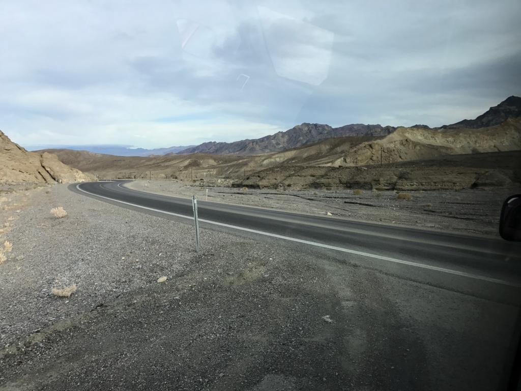 デスバレー国立公園 Dantes Viewへの 車窓風景 道路