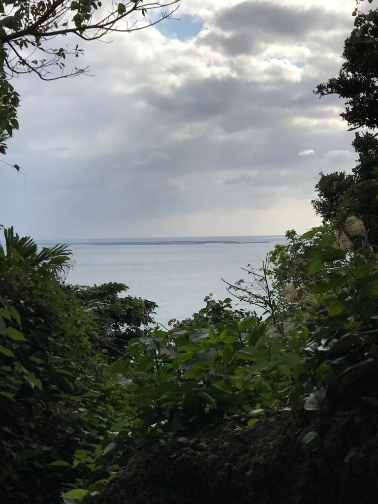 「斎場御嶽」三庫理(サングーイ)左側 「久高島」を望む