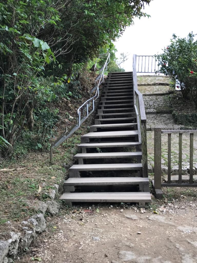 「斎場御嶽」入り口 石段 急勾配、階段が設置