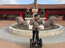 「おきなわワールド」入り口 沖縄セグウエイ 「ガオ〜」記念写真