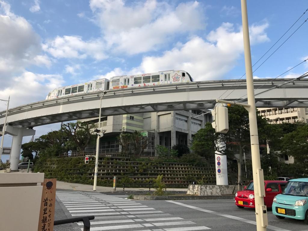 沖縄県「ゆいレール」2両編成