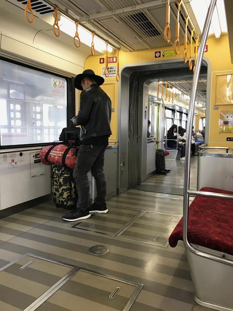 沖縄県「ゆいレール」車内 スーツケース置き場 配慮?