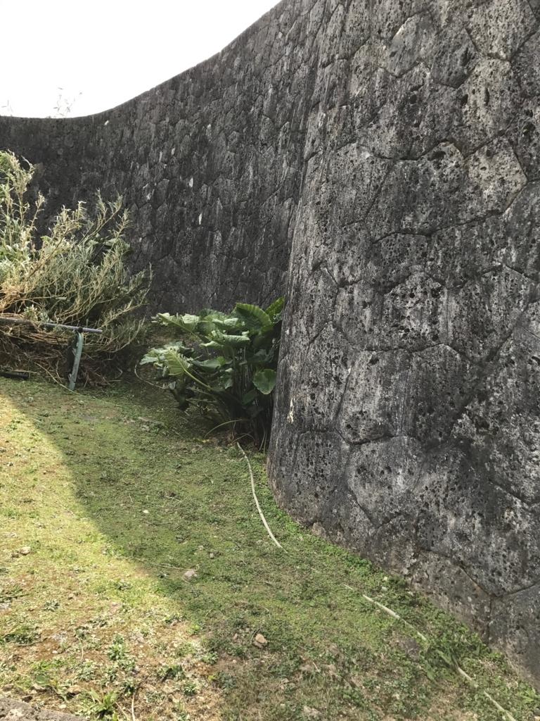沖縄県 首里城公園 城壁 と夜間ラウトアップ用のコード?