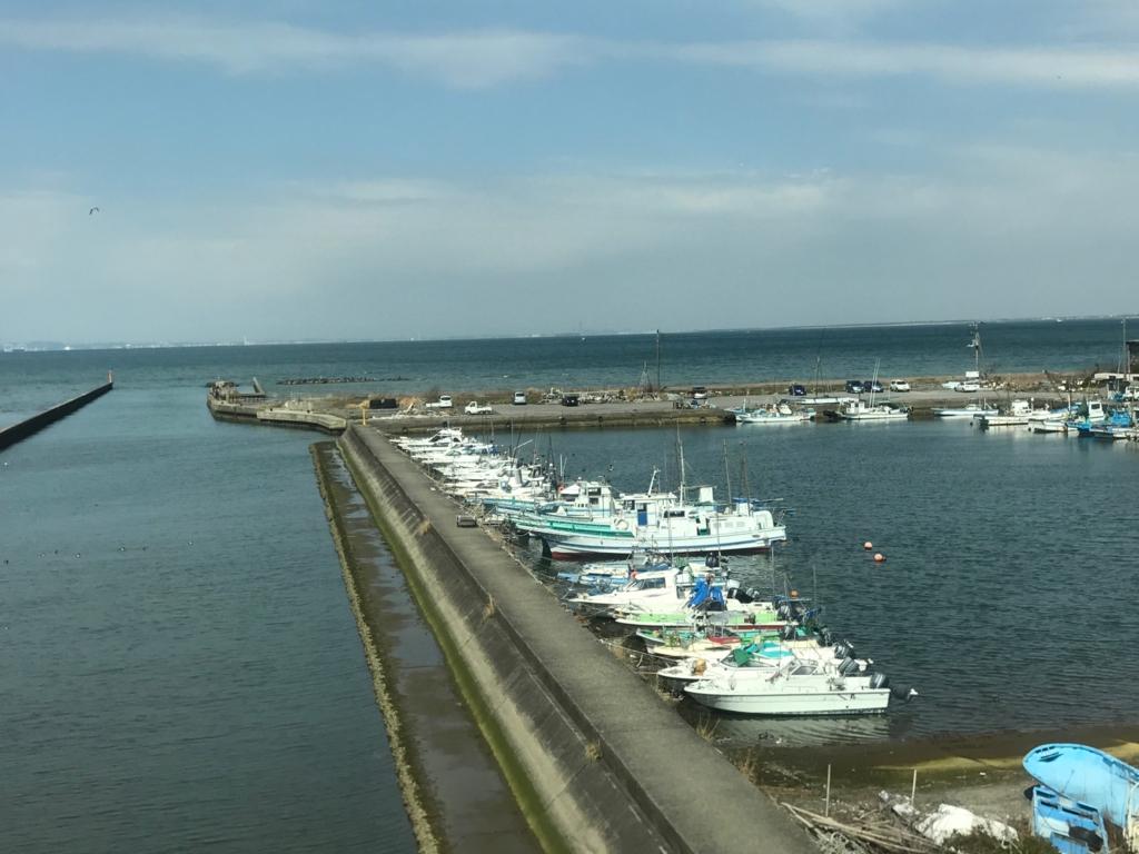 JR上総湊駅付近 鉄橋より湾どっこ 3月 新宿さざなみ号の車窓より