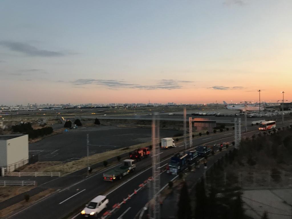 東京モノレールから撮影 朝焼けの空港
