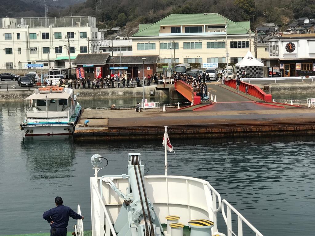 うさぎ島(大久野島)からのフェリー乗船中 忠海港到着