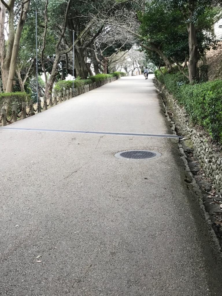 香川県 丸亀城 入って 軽い登り道
