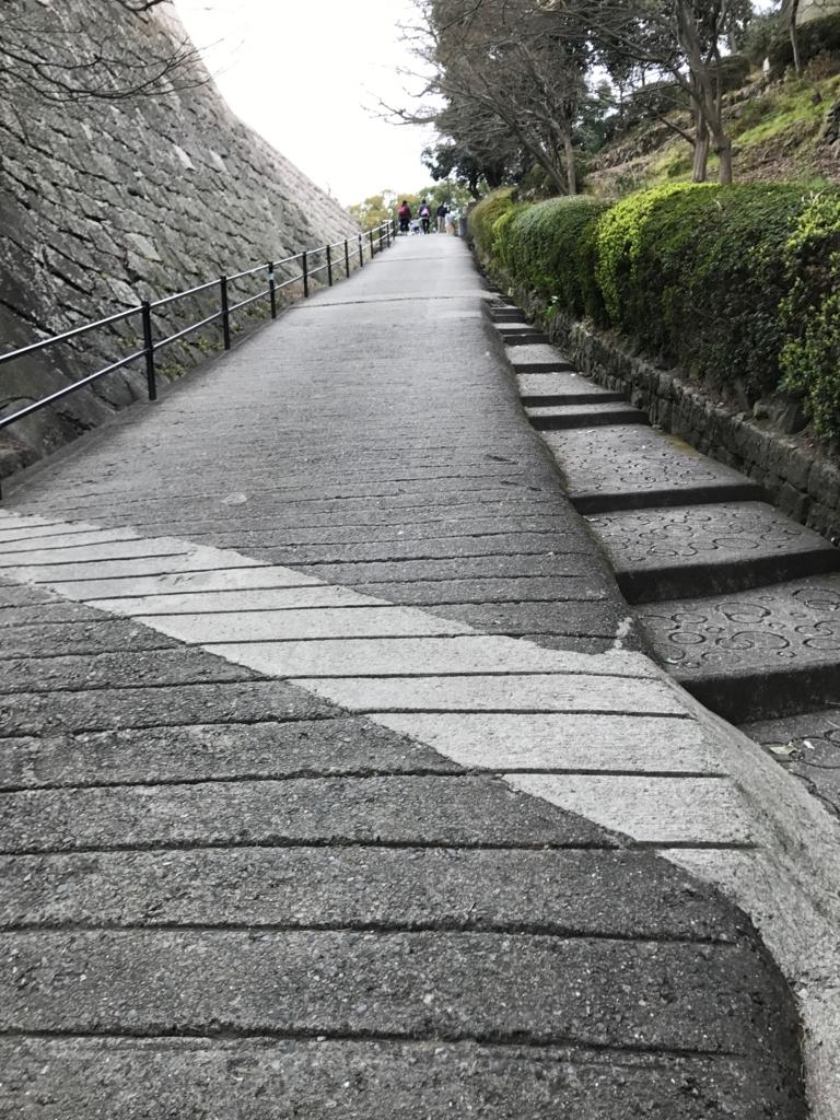 香川県 丸亀城 急な坂道「見返りの坂」