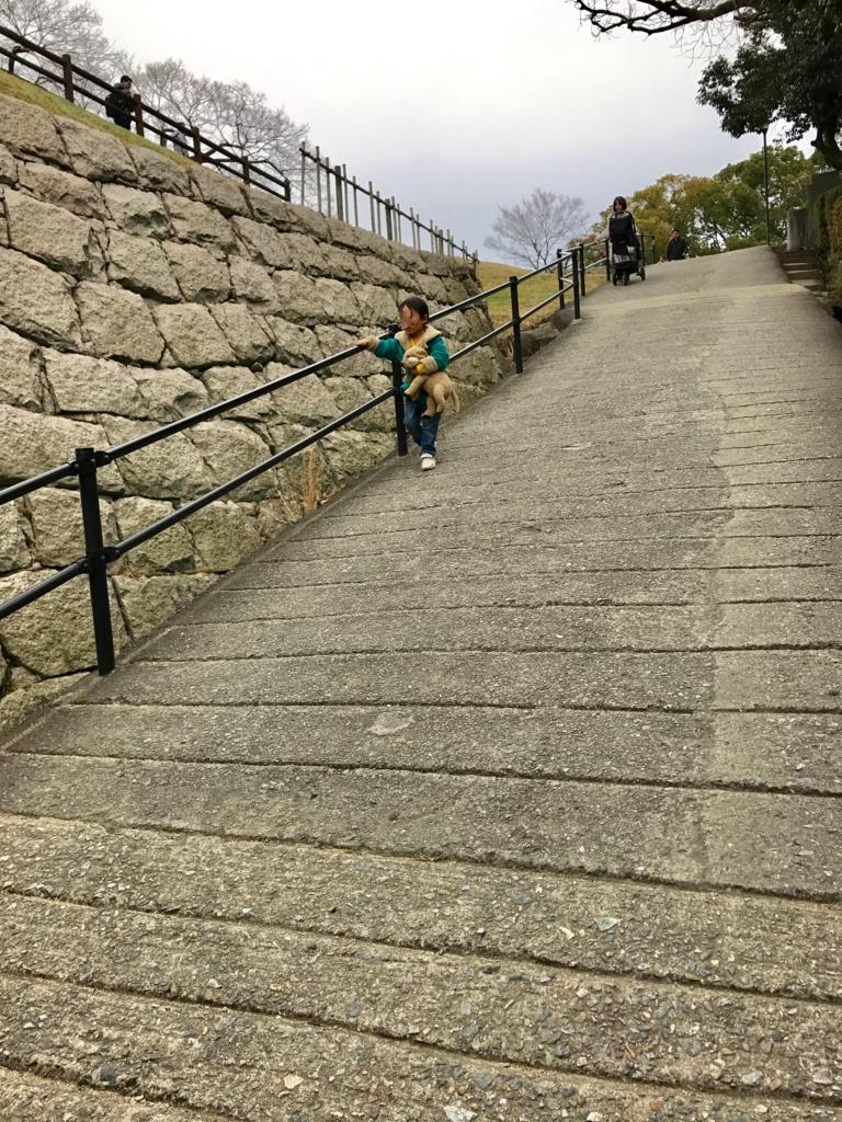 香川県 丸亀城 急な坂道「見返りの坂」ベビーカーは危険