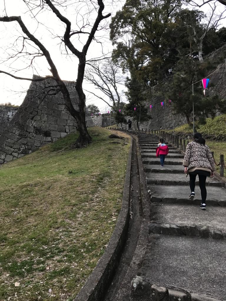 香川県 丸亀城 三の丸よりの道 石垣の間を階段が続く