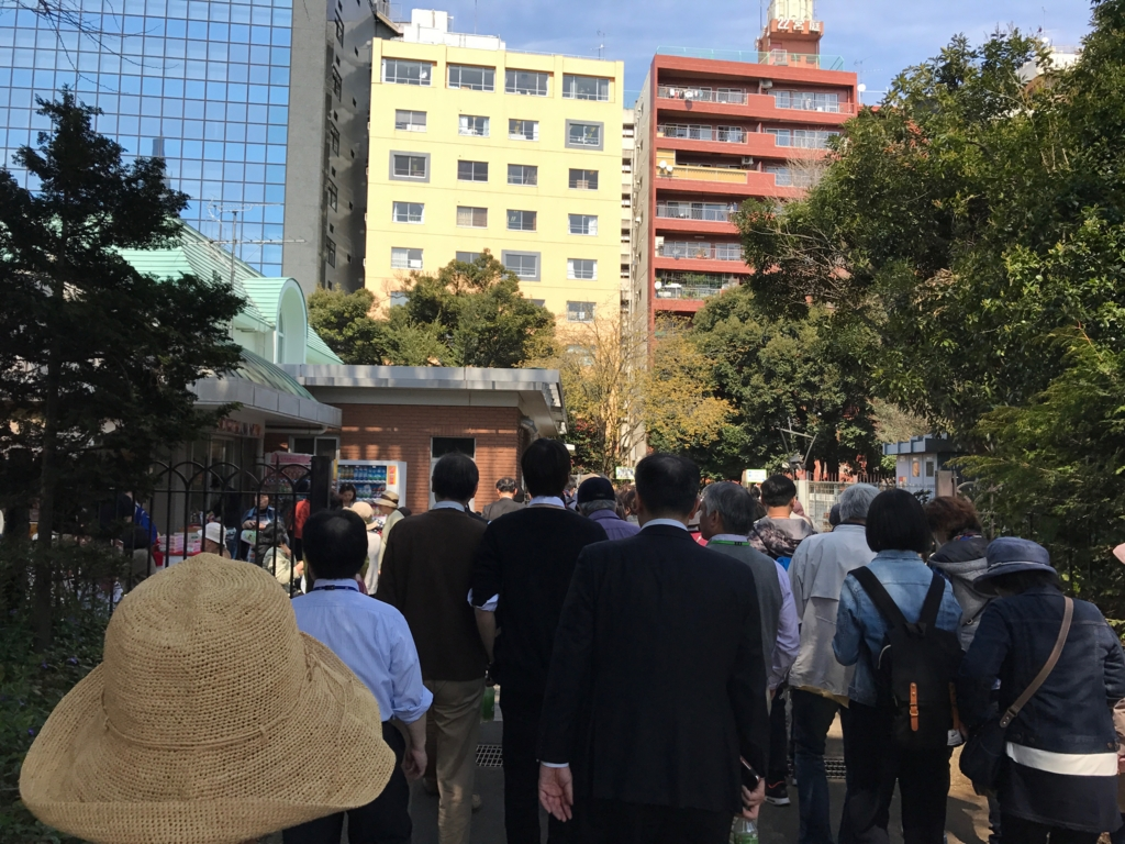 東京都新宿区 新宿御苑 新宿門 臨時出口 長い列 進まない