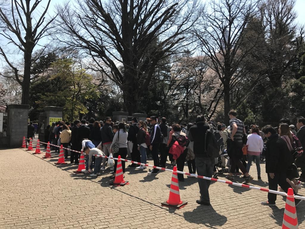 東京都新宿区 新宿御苑 新宿門 前の長い列