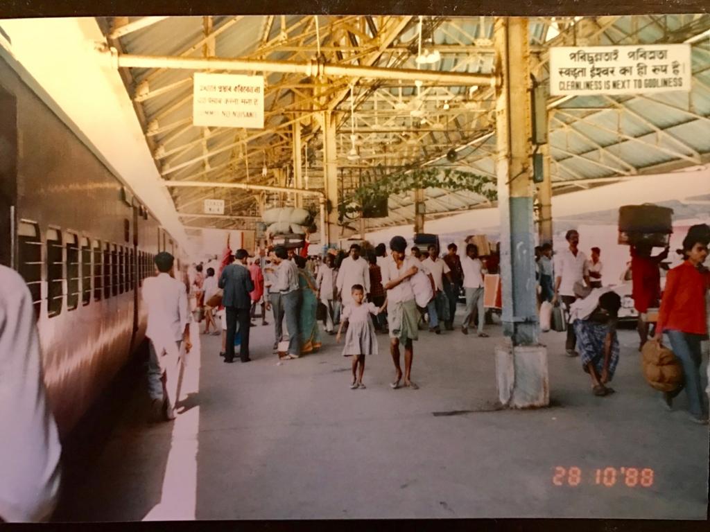 30年前の インド カルカッタ 駅のホーム