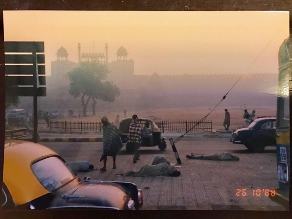 30年前の インド デリー 朝 道路で寝る人々