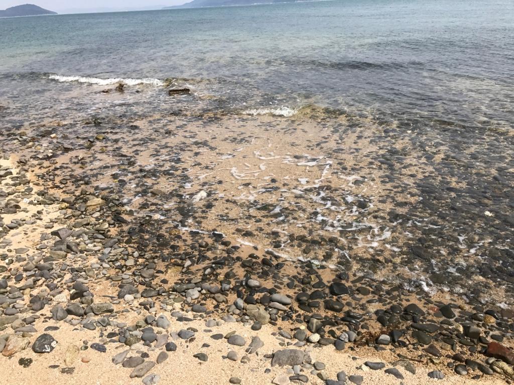 香川県 佐柳島(ねこ島)本浦集落の外れの海岸 沢山の大きな石