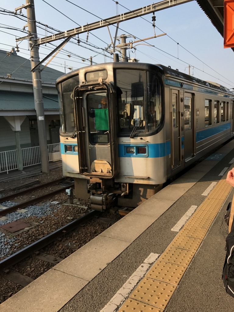 JR在来線で 多度津駅から高松駅へ 入線