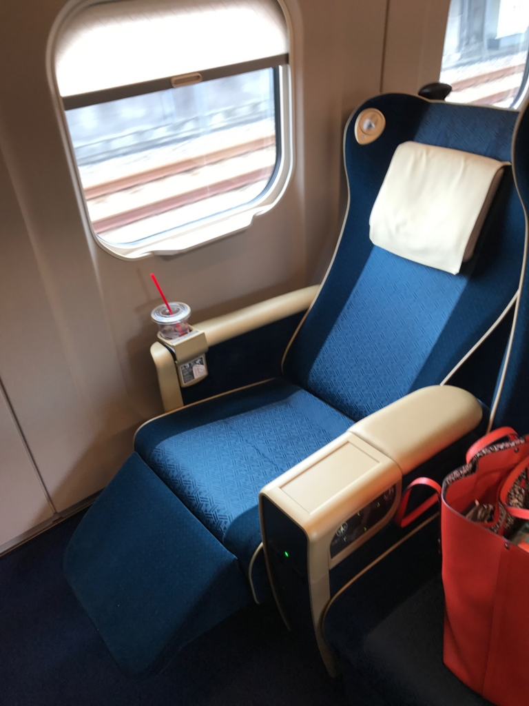 「あさま603号」E7系 グリーン車 座席 MAXリクライニング状態