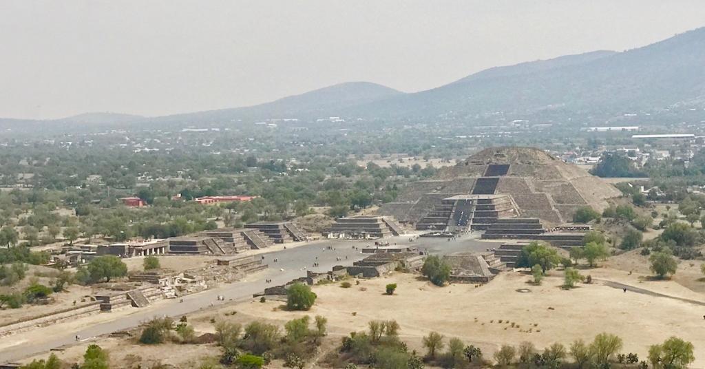 メキシコ ティオティワカン遺跡 「死者の道」と 「月のピラミッド」