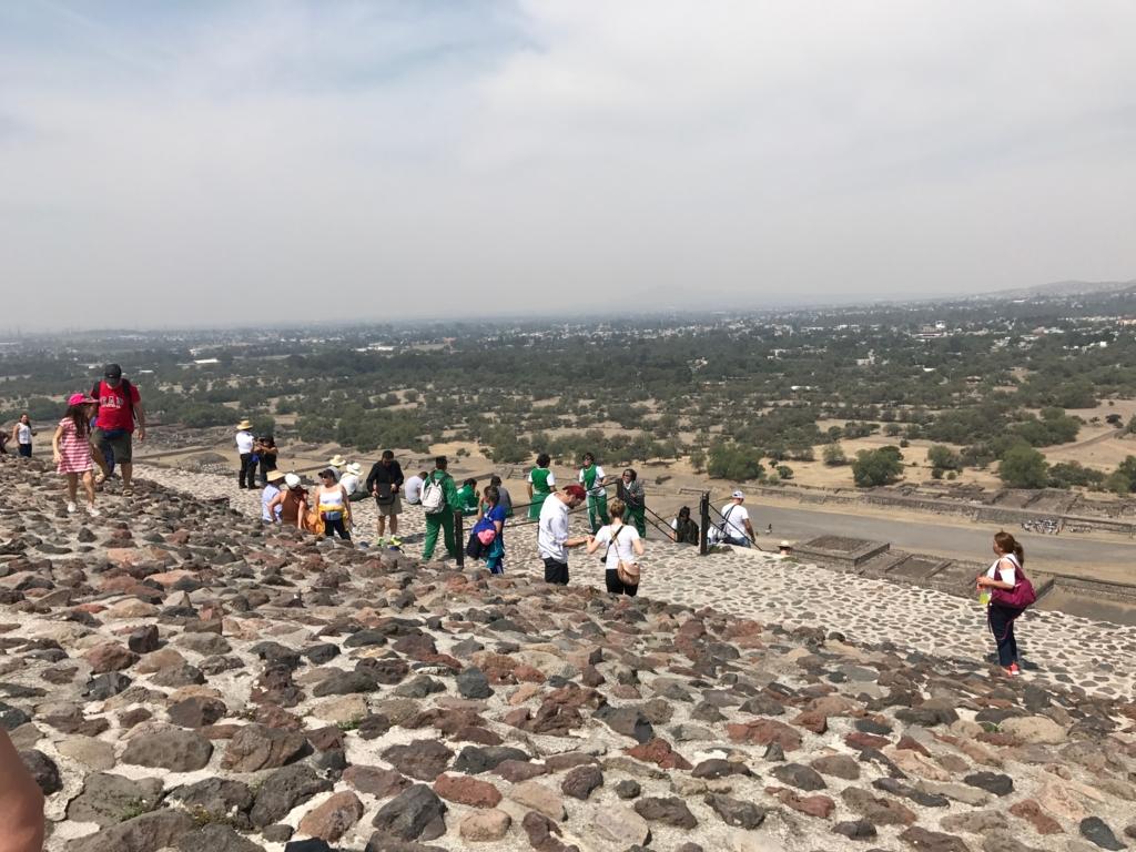 メキシコ ティオティワカン遺跡 太陽のピラミッド 頂上 柵無し