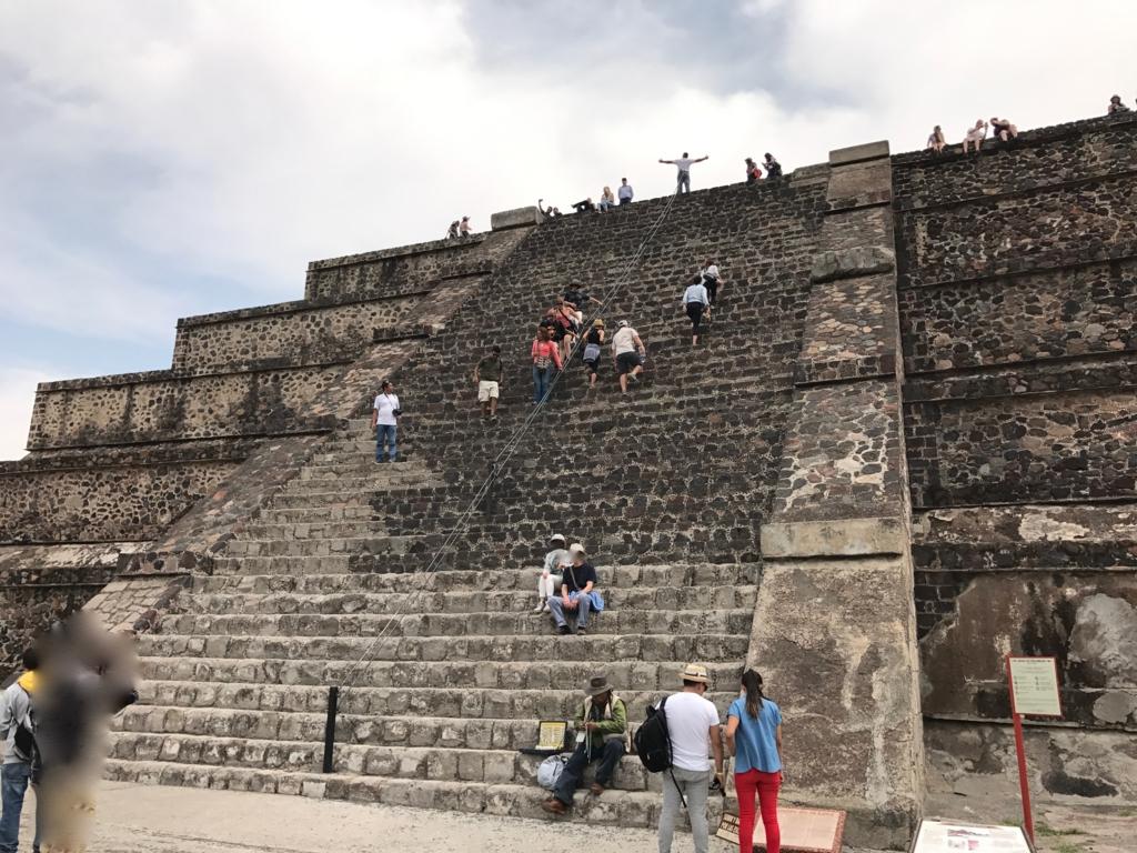 メキシコ ティオティワカン遺跡 太陽のピラミッド 段差の大きい階段