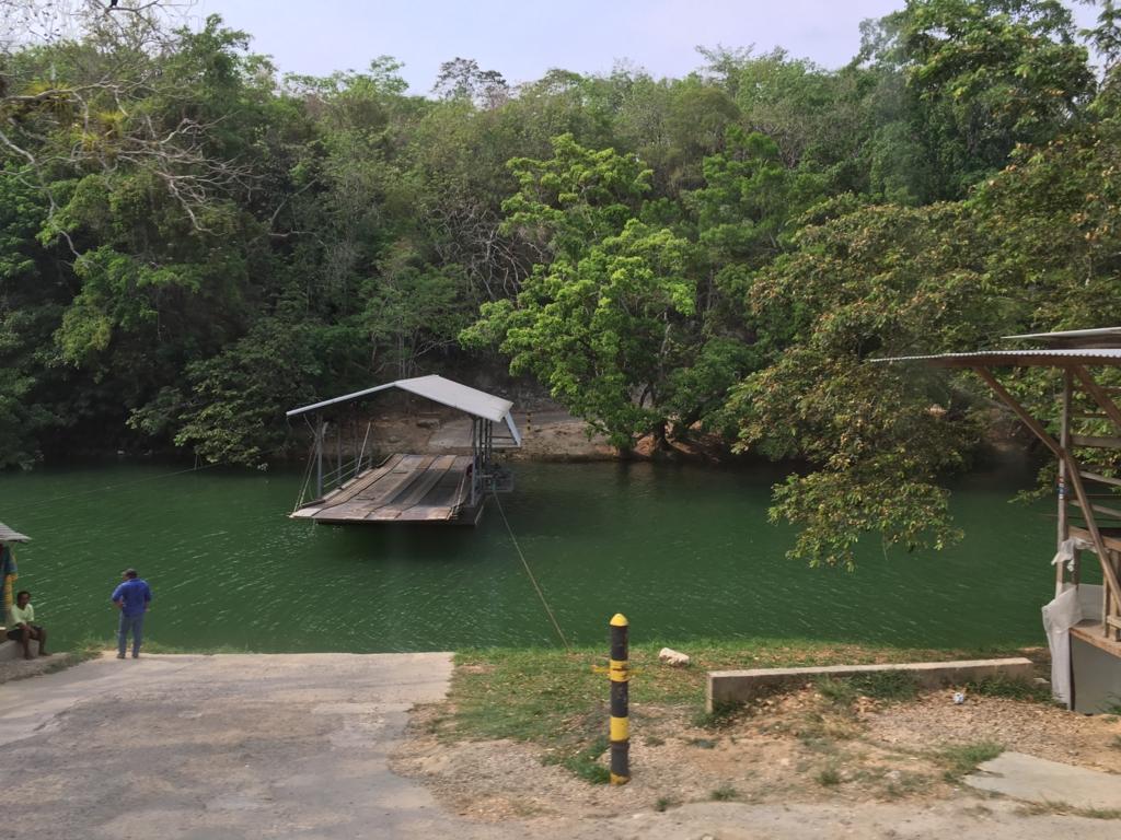 ベリーズ マカル川 渡し場 向こうにマヤ遺跡