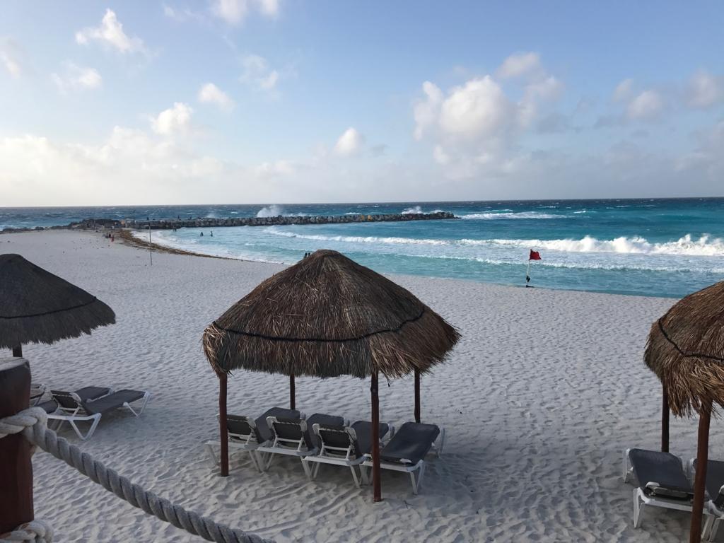 メキシコ カンクン 強風の海岸