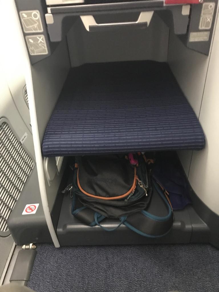 788型 ビジネスクラス 座席前足元 手荷物置き場