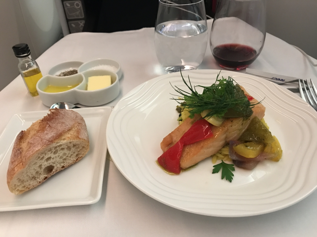 NH180便 ビジネスクラス メイン「ベイクドサーモンとオルゾパスタのサフラン風味 ピスタチオバジルソース添え」