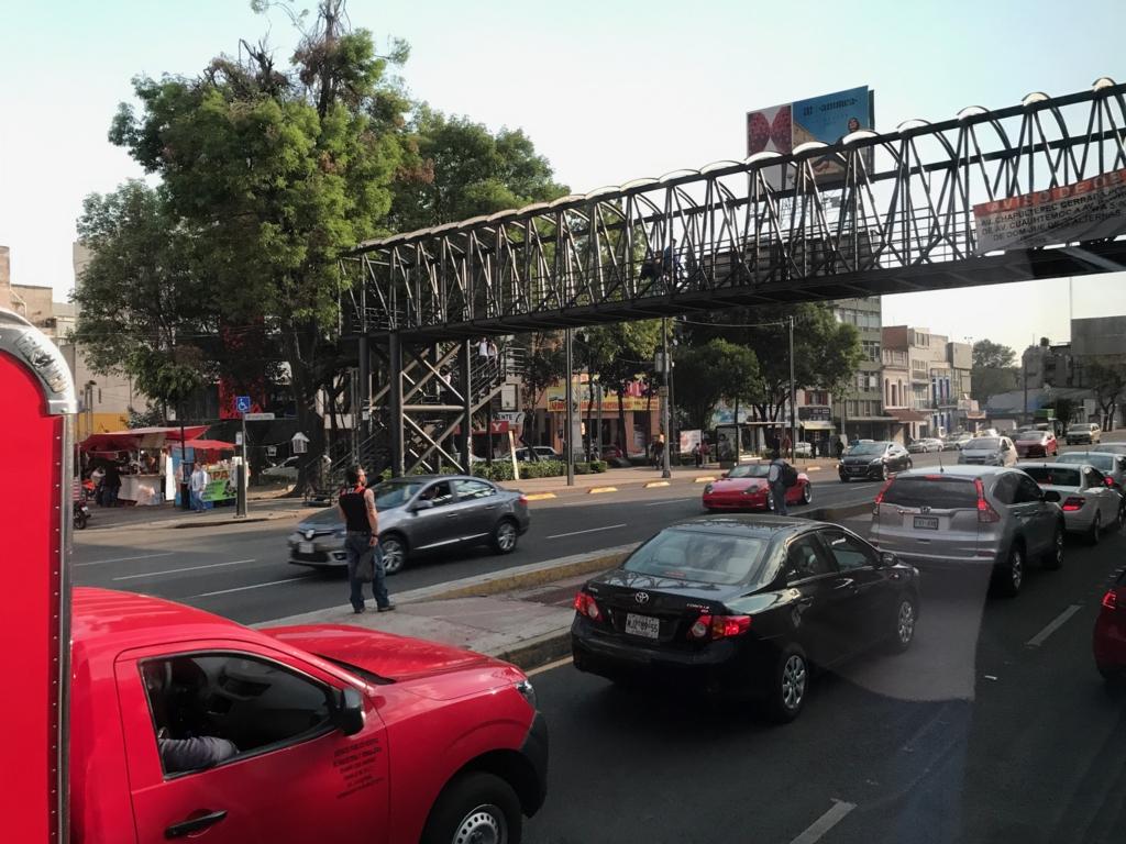 メキシコシティ チャプルテベック通り 混雑と 木造の歩道橋